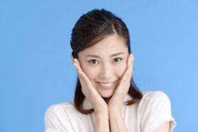 目元の笑い皺をメイクで消すことは、できる?